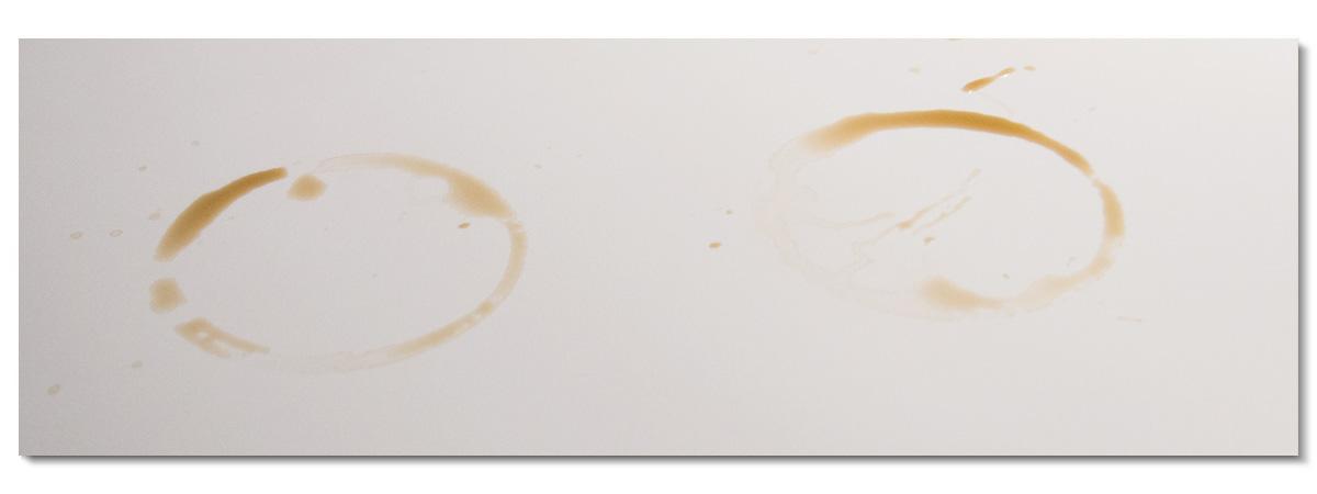Vit laminatskiva med ringar från kaffekoppar
