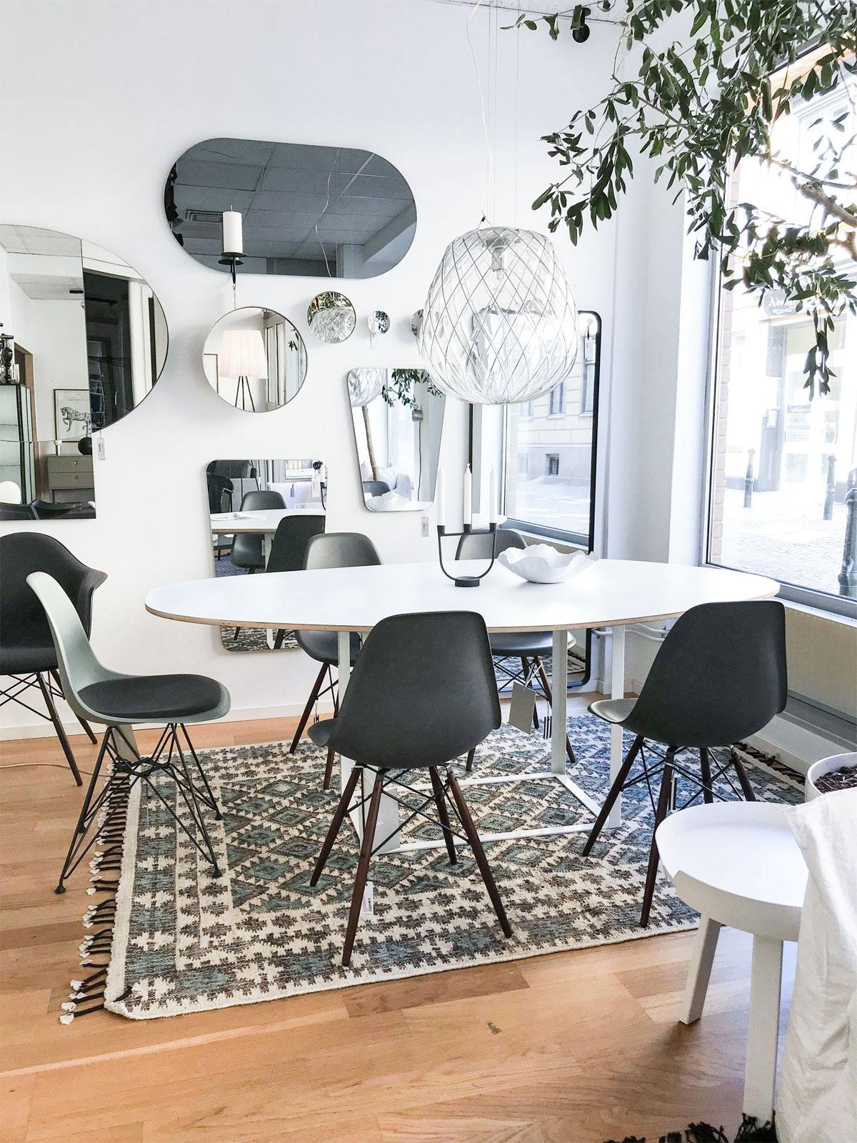 Bordet Omni i vitt laminat med Eames stolar DSR och DSW