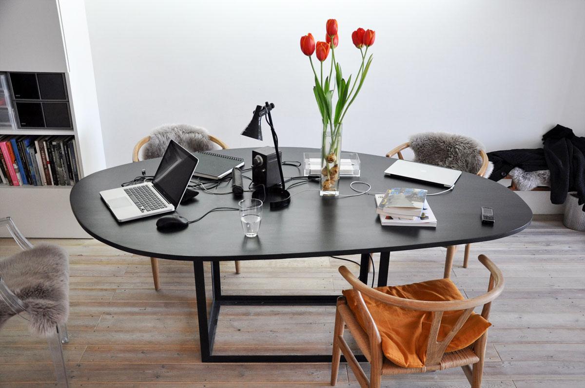 Kartell Ghost och Carl Hansen & Søn Y-stolen med ett svart Omni-bord