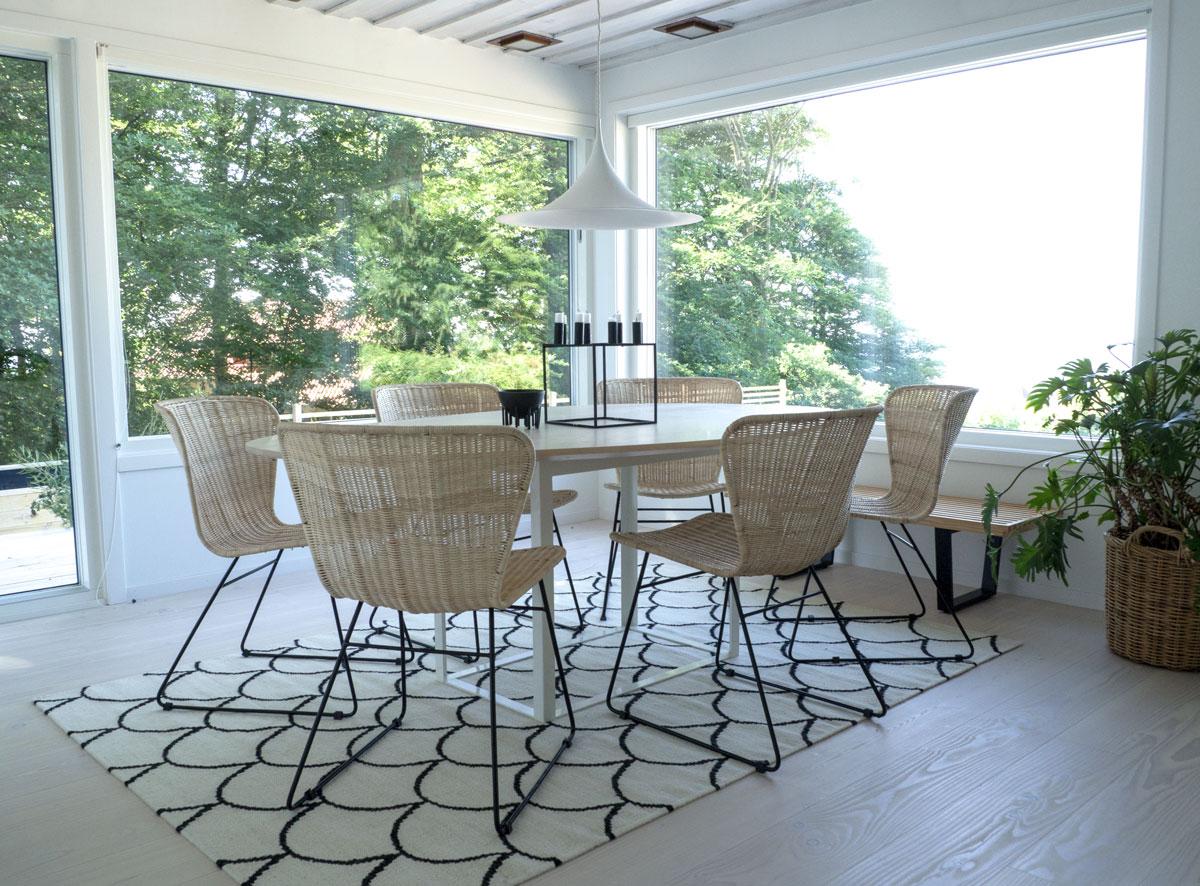 Rottingstolen Valencia från Kilroy Indbo med bordet Omni