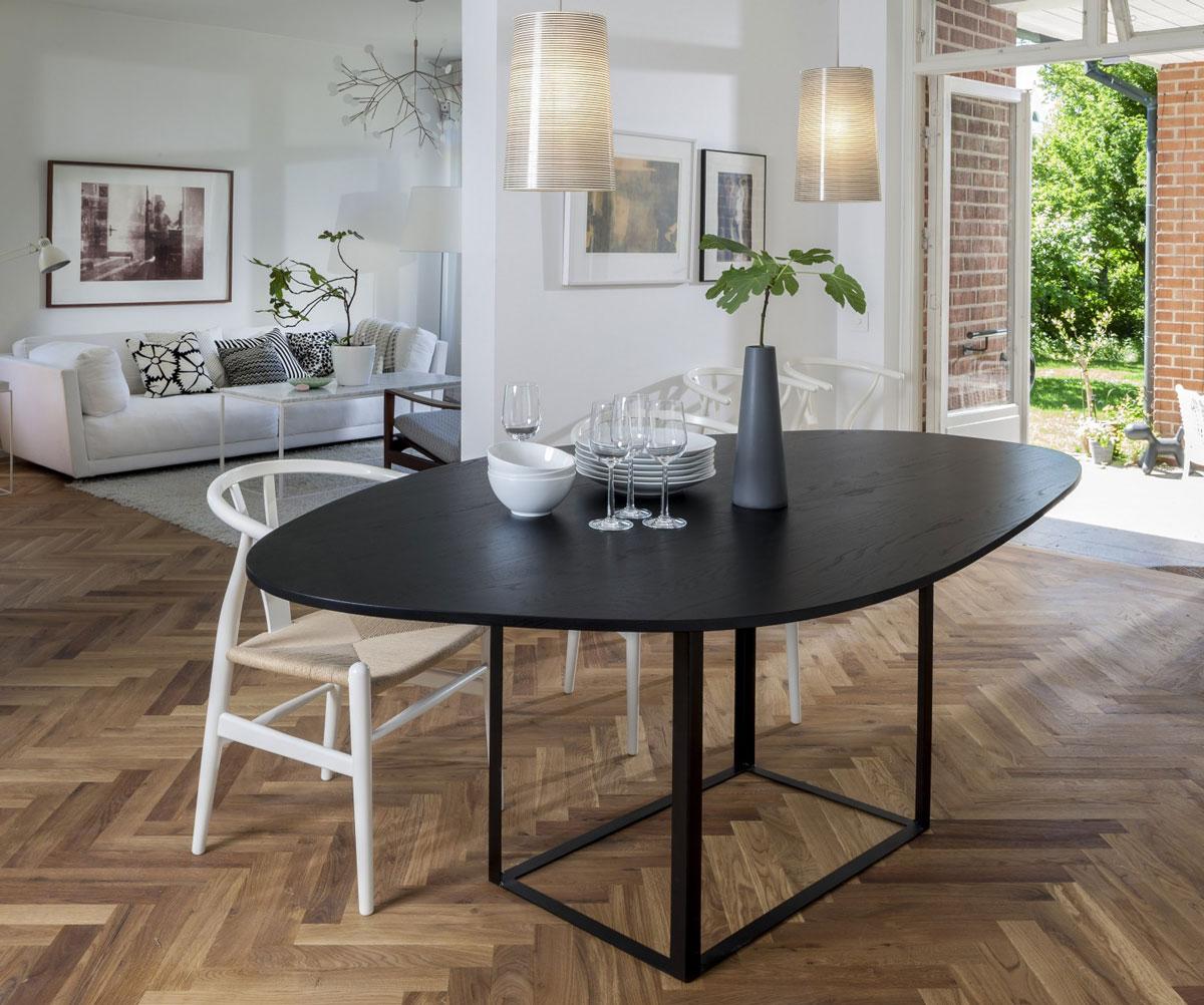 Olsson & Gerthel Omni Matbord med vita Y-stolar i natursits