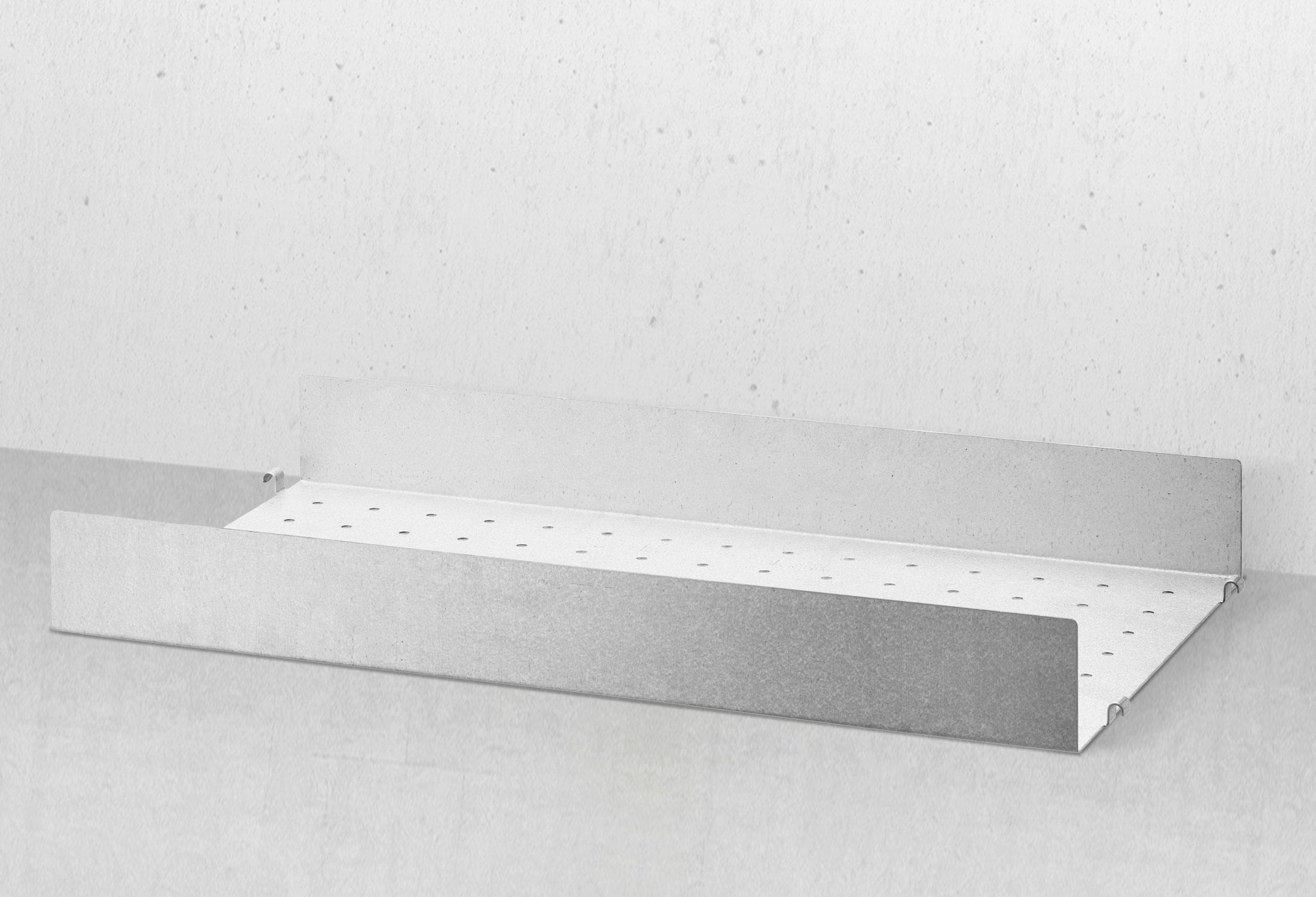 Metallhyllplan i galvaniserat stål med hög kant till Stringhyllan