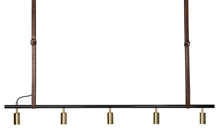 Lampan Long John 5L i svart med detaljer i mässing och läder