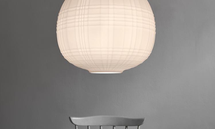 Tartans opalglas ger taklampan både ett direktljus och en varm spridning
