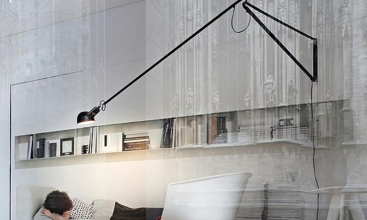 Flos 265 Vägglampa finns i svart eller vit på Olsson & Gerthel