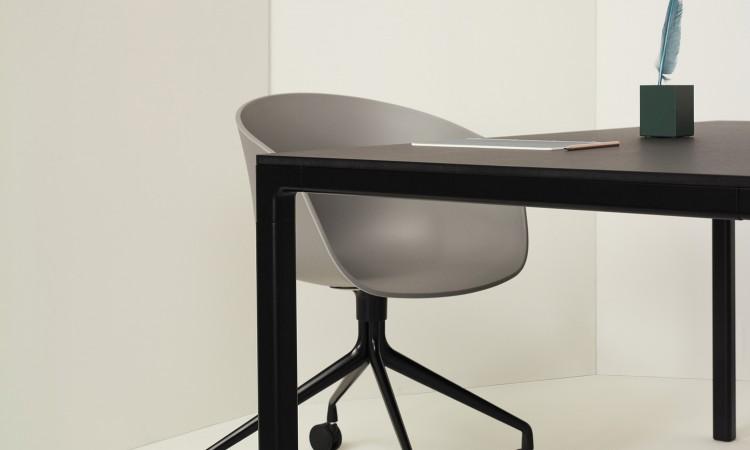 HAY T12 i svartlackerad aluminium med topp i matchande svart linoleum