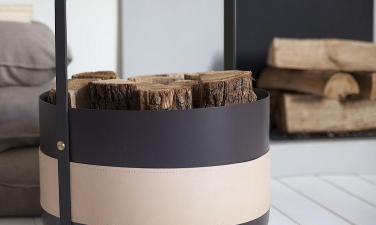 Detaljer i mässing och läder smyckar Eldvarms vedkorg Wood Basket Emma
