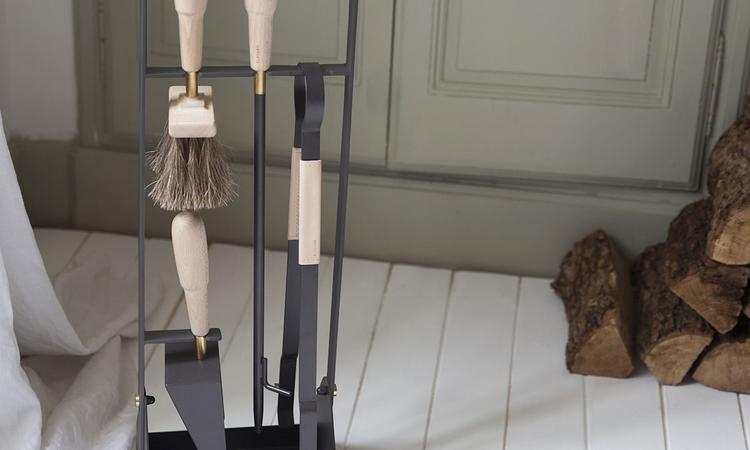 Eldvarms Companion Set innehåller eldgaffel, skyffel, borste, tång med mera