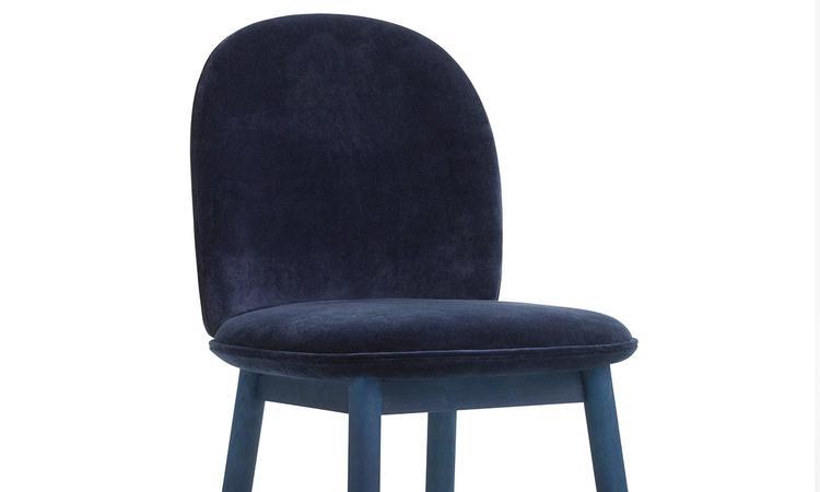 Matstolen Ace i velour med blå färg från Normann Copenhagen