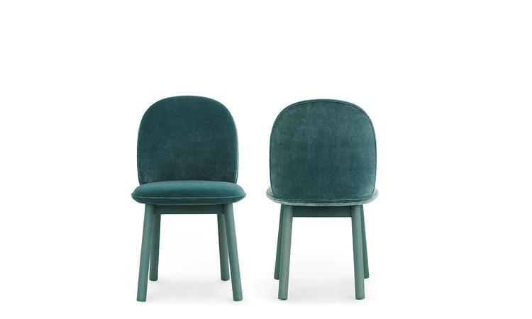 Ace är en stol i velourtyg med ben i betsad bok från Normann Copenhagen