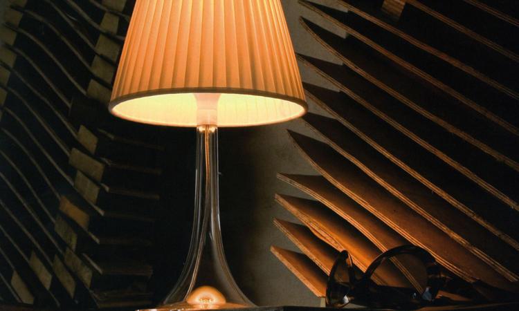 Den transparenta Miss K med lampskärm i off-white har ett varmt behagligt ljus