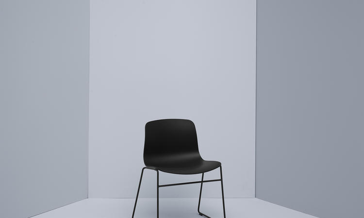 About a Chair AAC08 med svart sits och svarta ben från Olsson & Gerthel