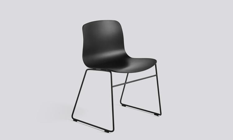About a Chair AAC08 Stol med svart polypropylen och svarta stålmedar