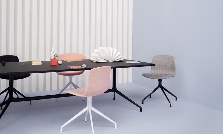 Stolen AAC11 ur serien About a Chair finns i alla tyger och läder på Olsson & Gerthel