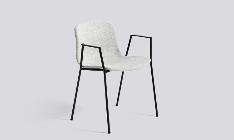 Tygsits i Hallingdal och ben i svartlackerat stål klär stolen About a Chair AAC19