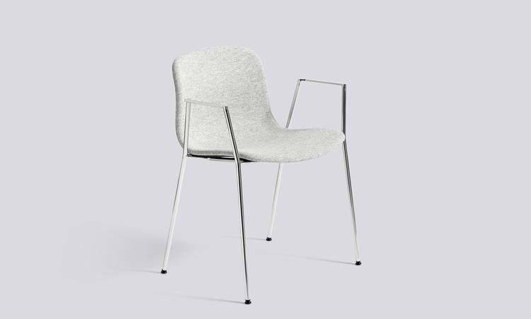 About a Chair AAC19 med ben i förkromat stål och sits i tyget Hallingdal