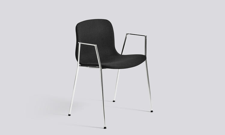 Karmstolen About a Chair AAC19 med kromade ben klädd i kvadrats tyg Steelcut 190