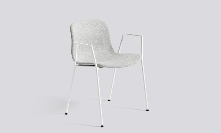 Stolen About a Chair AAC19 i tyget Hallingdal från Kvadrat vilandes på ben i vit färg