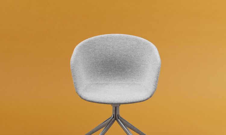 About a Chair AAC21 med ben i aluminium från HAY och design av Hee Welling