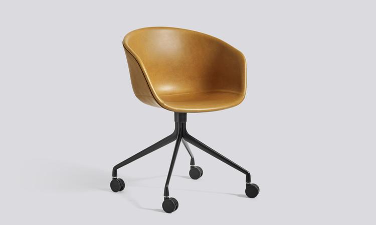Kontorsstolen AAC25 ur serien About a Chair med lädersits i cognac och ben i svart
