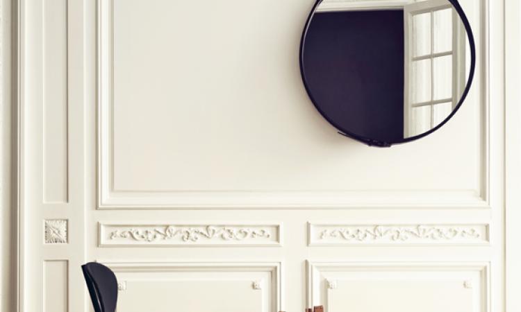 Rund Gubi-spegel vid namn Adnet Mirror med svart läder och mässingsdetaljer