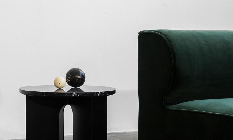 Menu Androgyne Sidobord Svart med svart marmorskiva