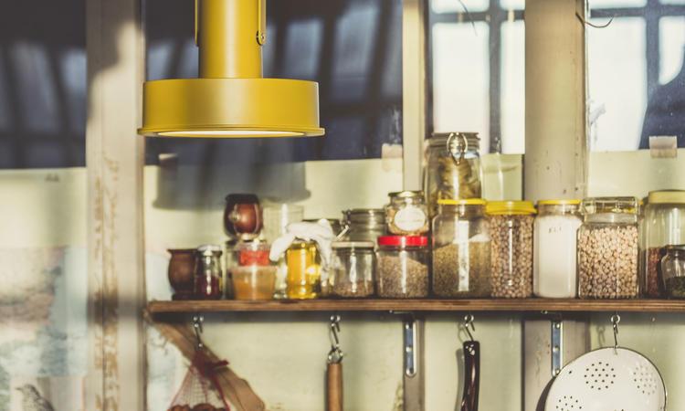 Santa & Cole Arne Domus Pendel i den gula färgen Mustard