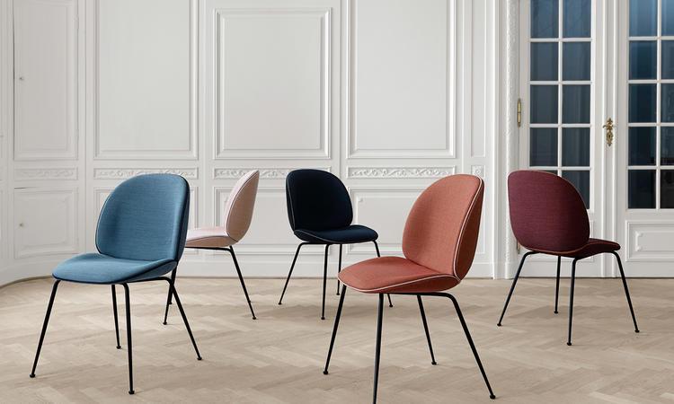Välj Gubis stol Beetle Chair i tyg eller läder med ben av svart stål eller mässing