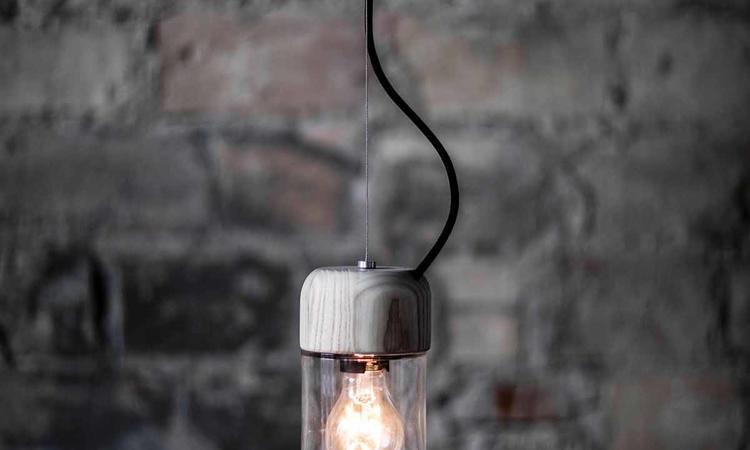 Miljövänlig takpendel i glas och obehandlad ek från danska Bent Hansen