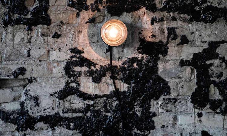Bent Hansens miljövänliga lampa Element Lamp kan även användas som vägglampa