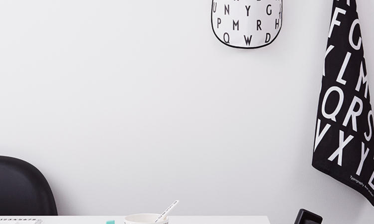 AJ Bib är en haklapp med Arne Jacobsens klassiska typsnitt från Design Letters