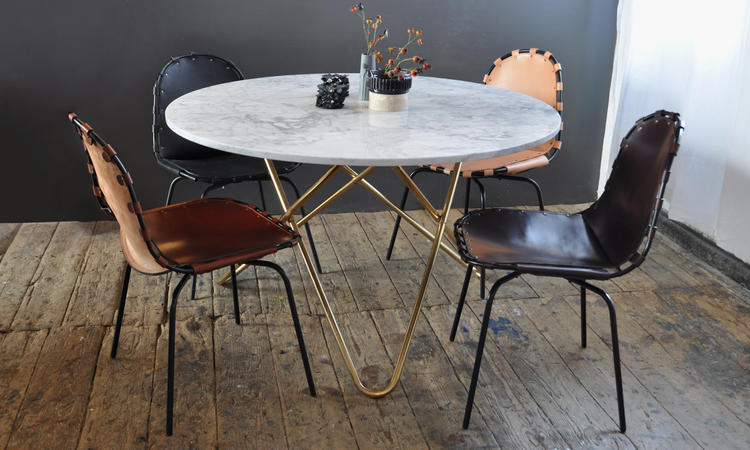 Matbordet Big O Table från danska OX Denmarq i vit marmor och ben i mässing