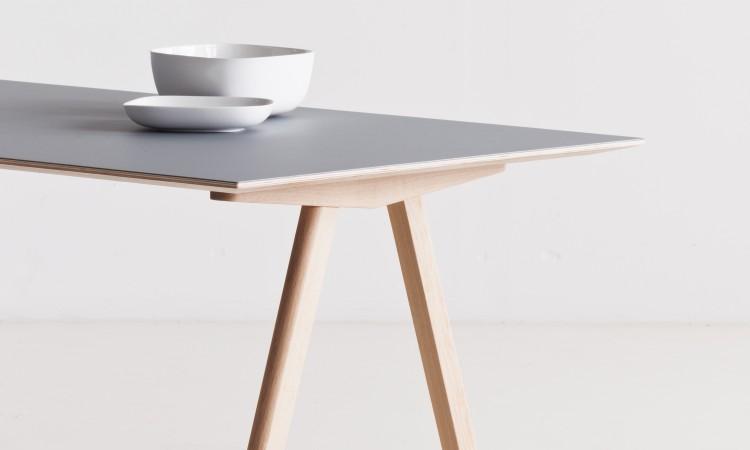 Köp bordet Copenhague CPH10 i massiv ek med grå laminat på Olsson & Gerthel