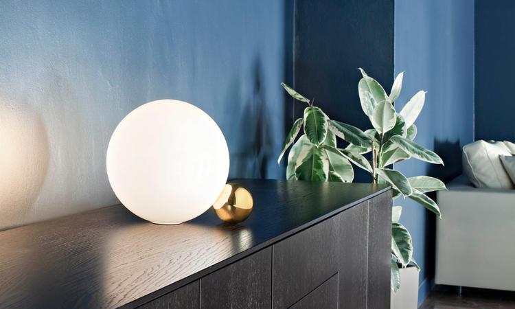 Copycat har ett vackert sfäriskt opalglas med ett elegant stöd i mässing