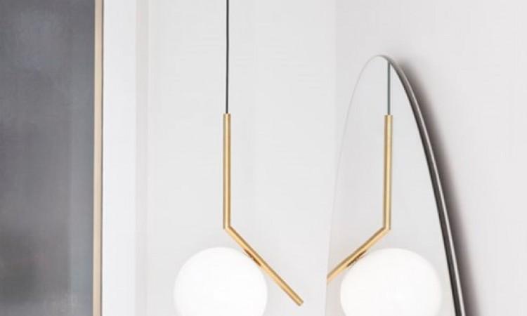 Välj din Flos taklampa IC Lights i modellen S1 eller S2 med stav i mässing eller krom