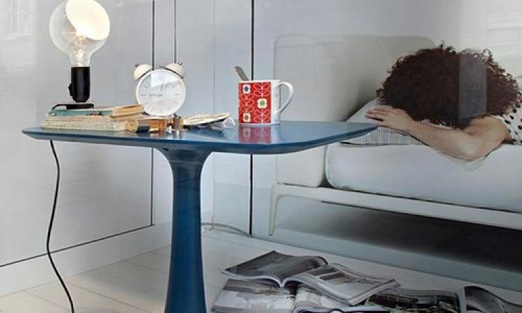 Välj bordslampan Lampadina från Flos i svart eller orange färg på Olsson & Gerthel