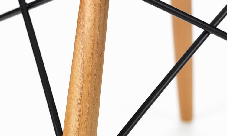 Charles och Ray Eames stol i vit färg med ben i trä