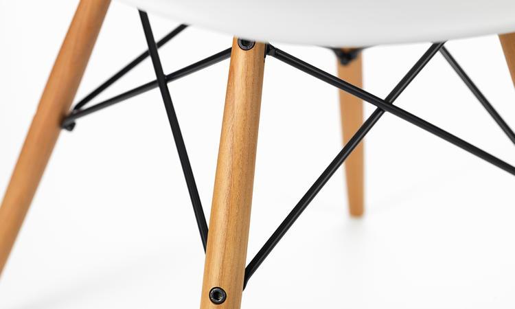 Snygg stol av paret Eames med vitt skal och ben i ask
