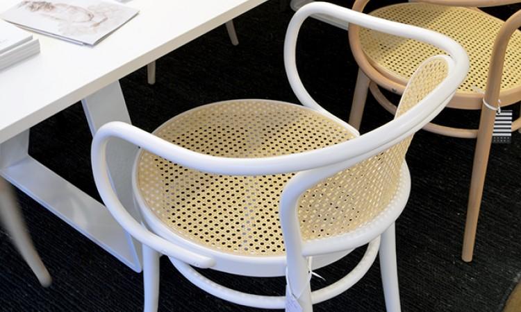 August Thonet är formgivaren bakom stolen Ton 33 med rotting