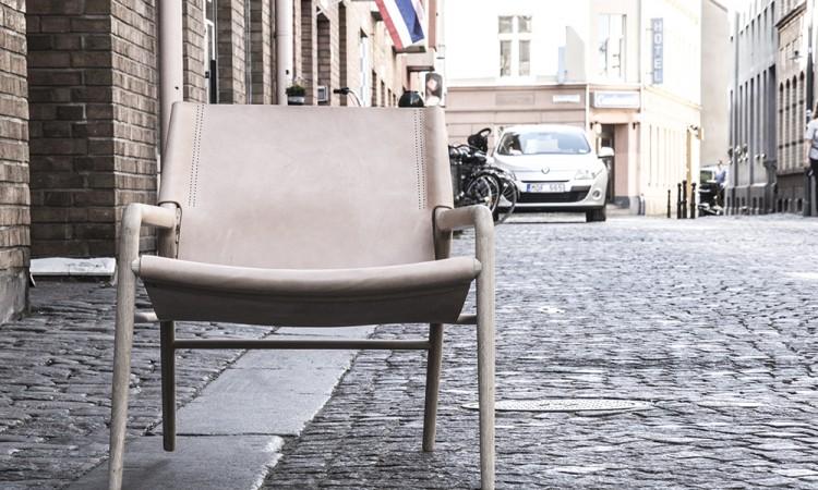 Fåtöljen Rama Chair från OX Denmarq i skinn utanför Olsson & Gerthels butik i Malmö