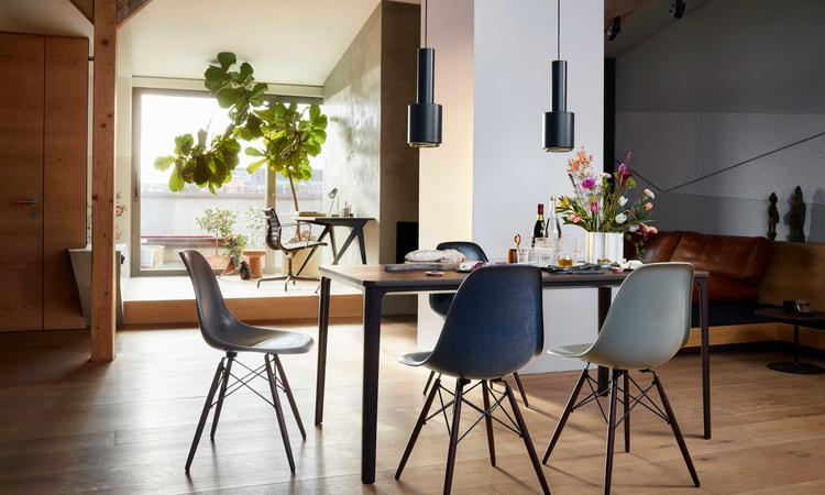Vitra Eames Fiberglass Chair DSW Stol med ben i mörk lönn