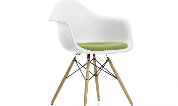 Charles och Ray Eames stol DAW i vit färg med lönnben