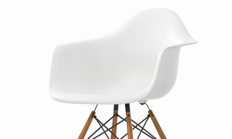 Vit Eames-stol med ben i träslag som ask eller lönn