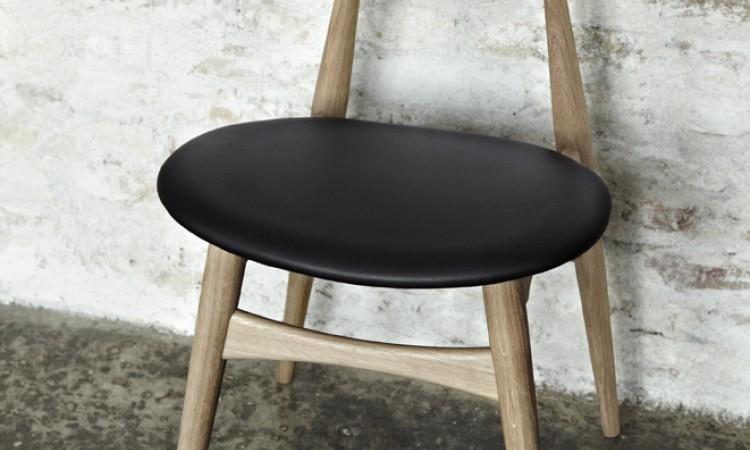 Hos oss hittar du matstolen CH33P i tvålad ek med sits i läder från Carl Hansen