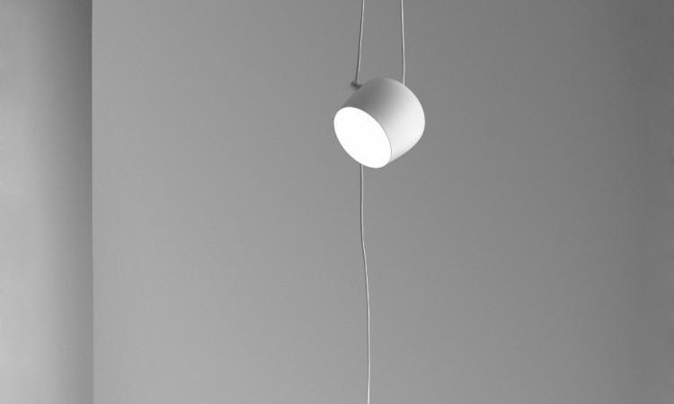 Aim är en lampa med funktionell design av bröderna Bouroullec