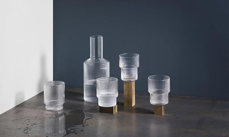Karaffen Ripple i glas med vackert mönster och kontrasterande hals från ferm LIVING