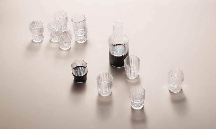 ferm LIVINGs serie Ripple består av både karaff och tillhörande glas i 4-pack