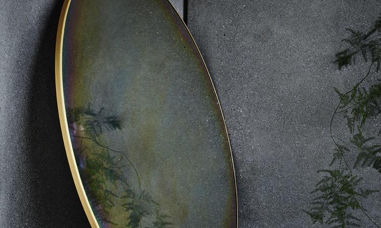 Fritz Hansens spegel i kollektionen Objects med regnbågseffekt