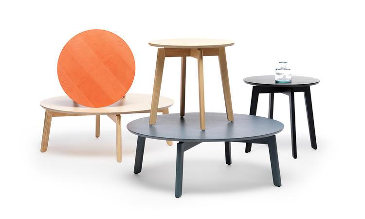 Fogias Area är ett snyggt runt soffbord i as med färger som svart, vit, blå och grön