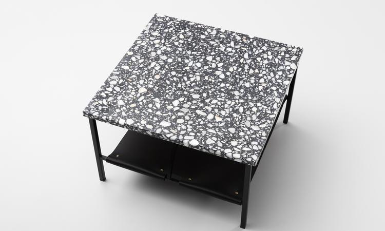 Soffbord med en hylla i läder